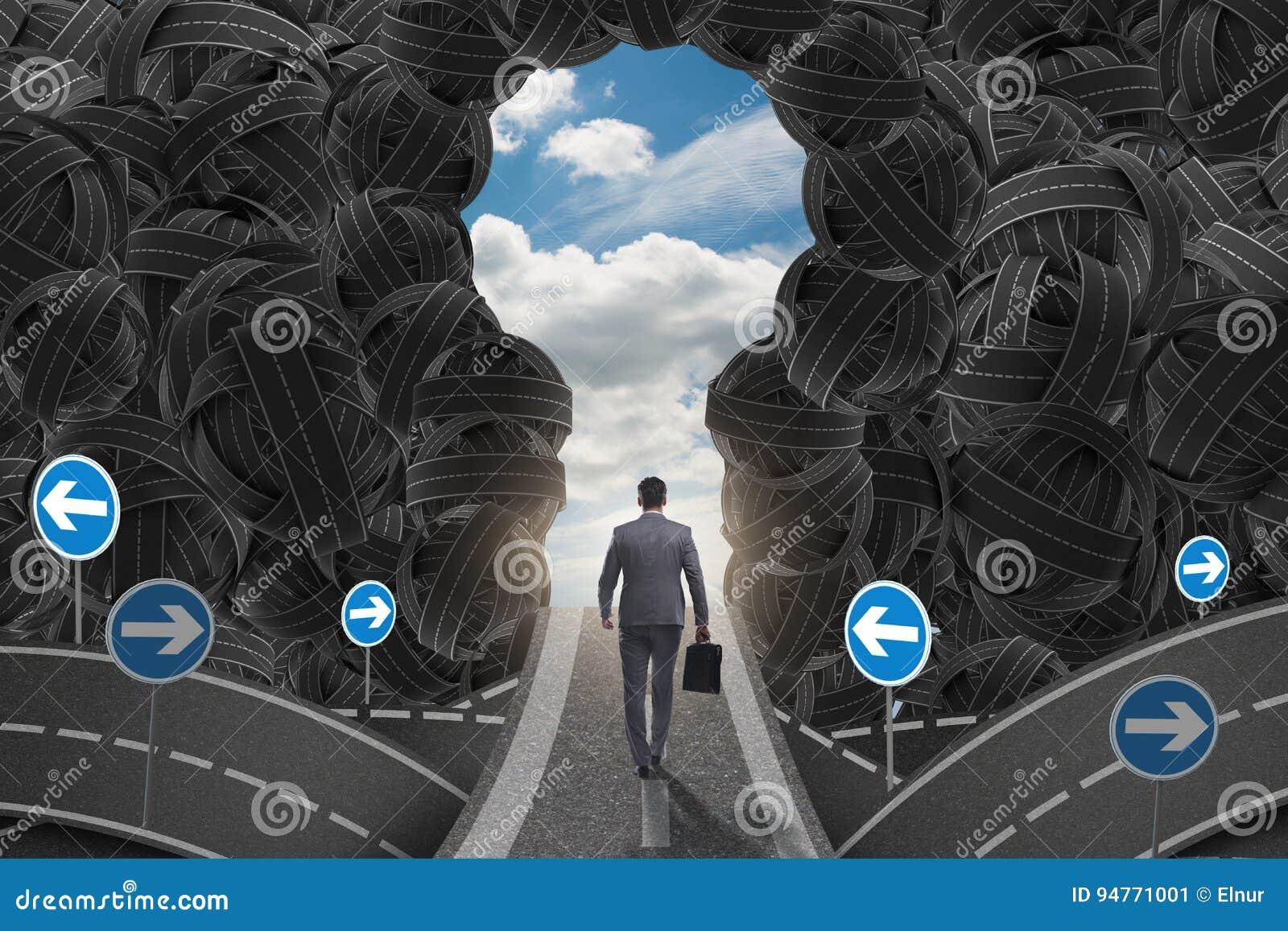 El hombre de negocios que camina hacia su concepto de la meta de la ambición