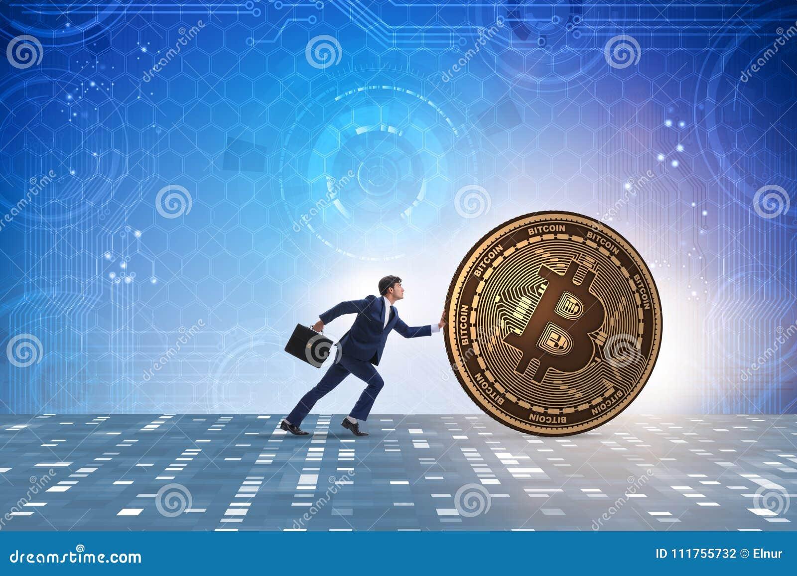 El hombre de negocios que empuja el bitcoin en concepto del blockchain del cryptocurrency