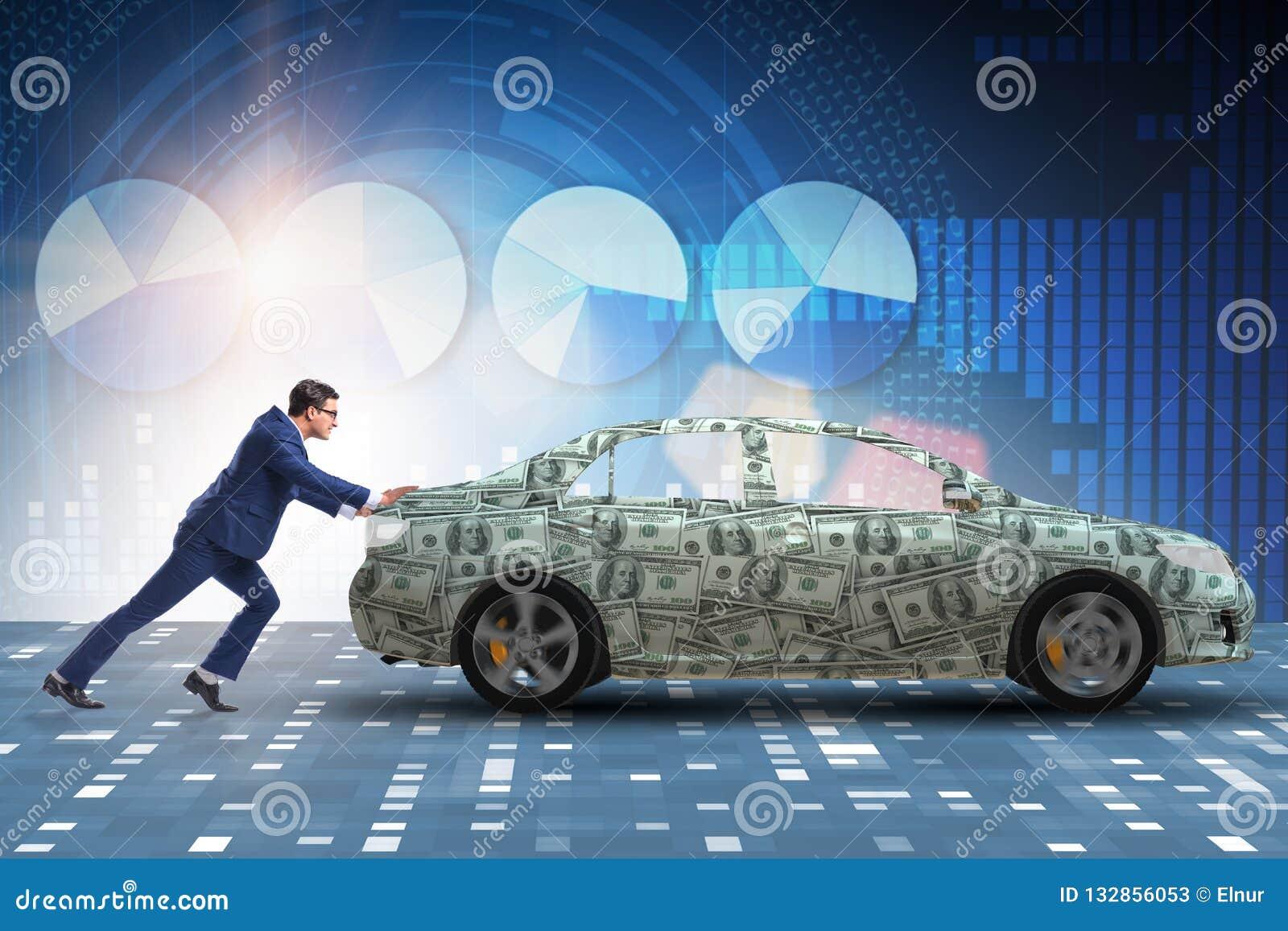 El hombre de negocios que empuja el coche en concepto del negocio