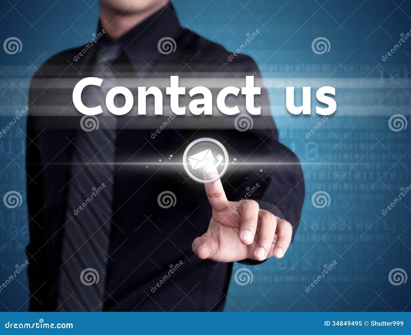 El hombre de negocios que empuja manualmente nos entra en contacto con botón en un interfaz de la pantalla táctil