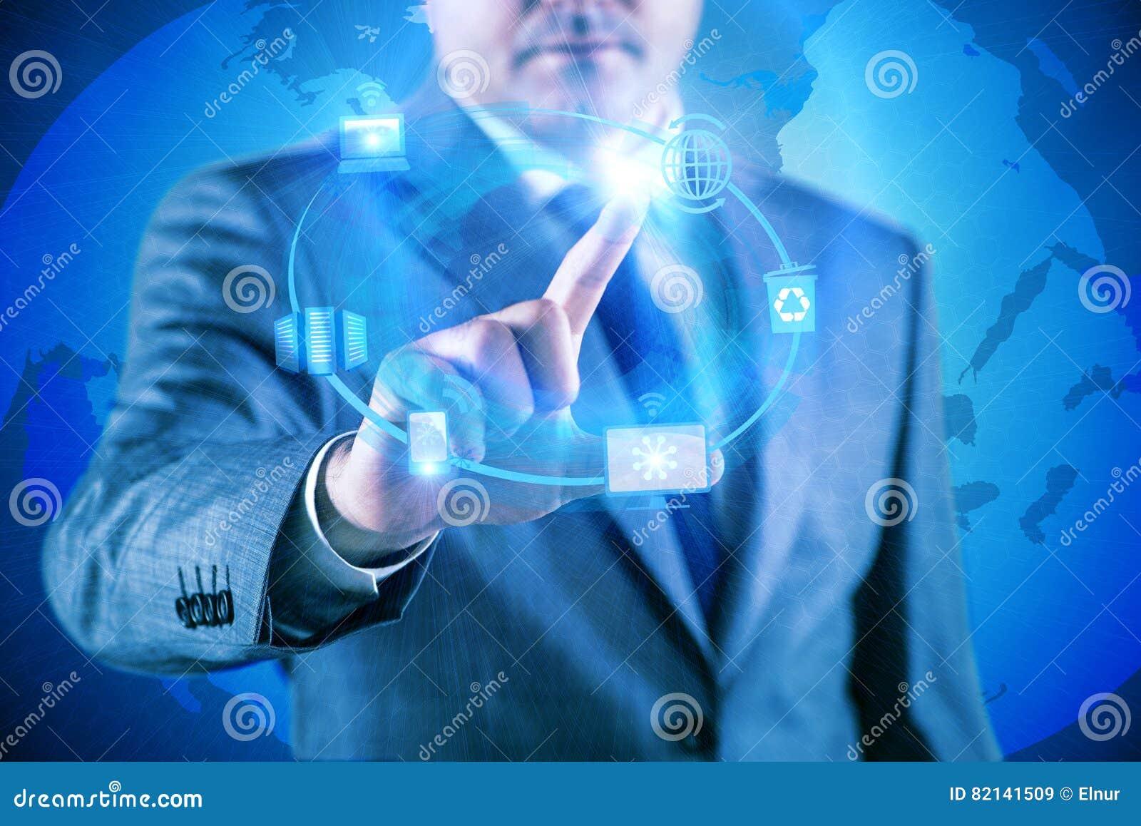 El hombre de negocios que presiona los botones en concepto computacional