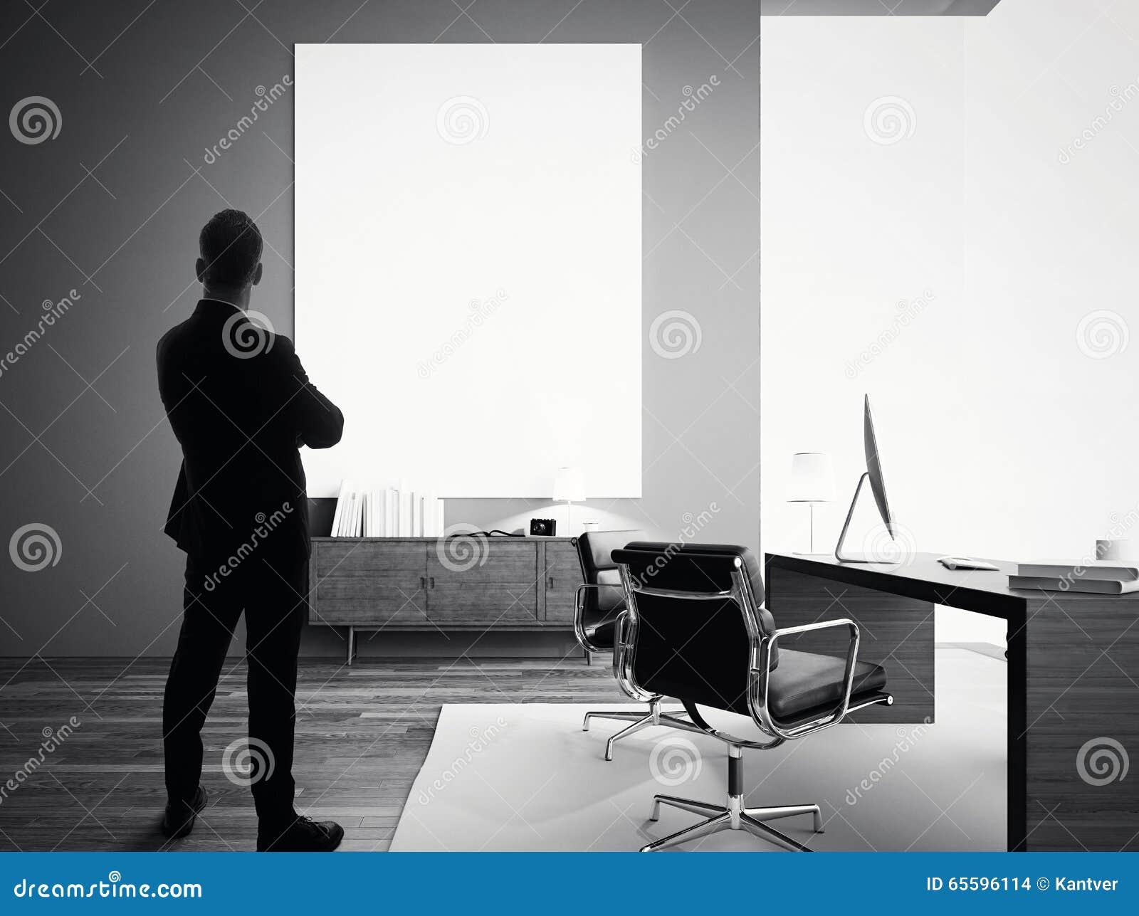 El hombre de negocios se coloca en oficina moderna con la lona blanca vacía BW
