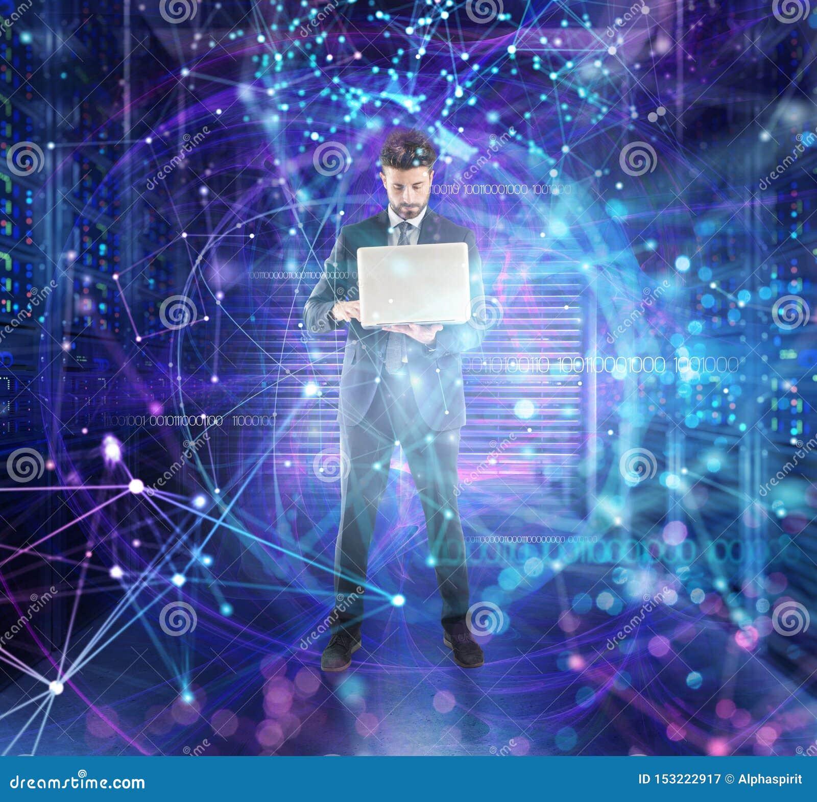 El hombre de negocios trabaja en un cuarto del centro de datos con efectos del servidor y de la red de base de datos