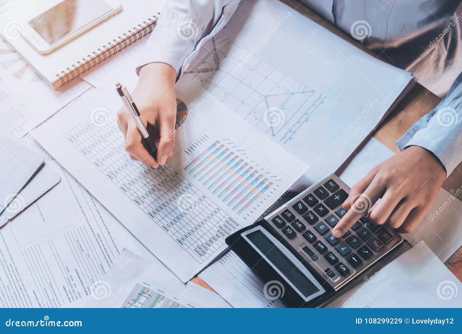 El hombre de negocios usando la calculadora para calcula el presupuesto concepto finan