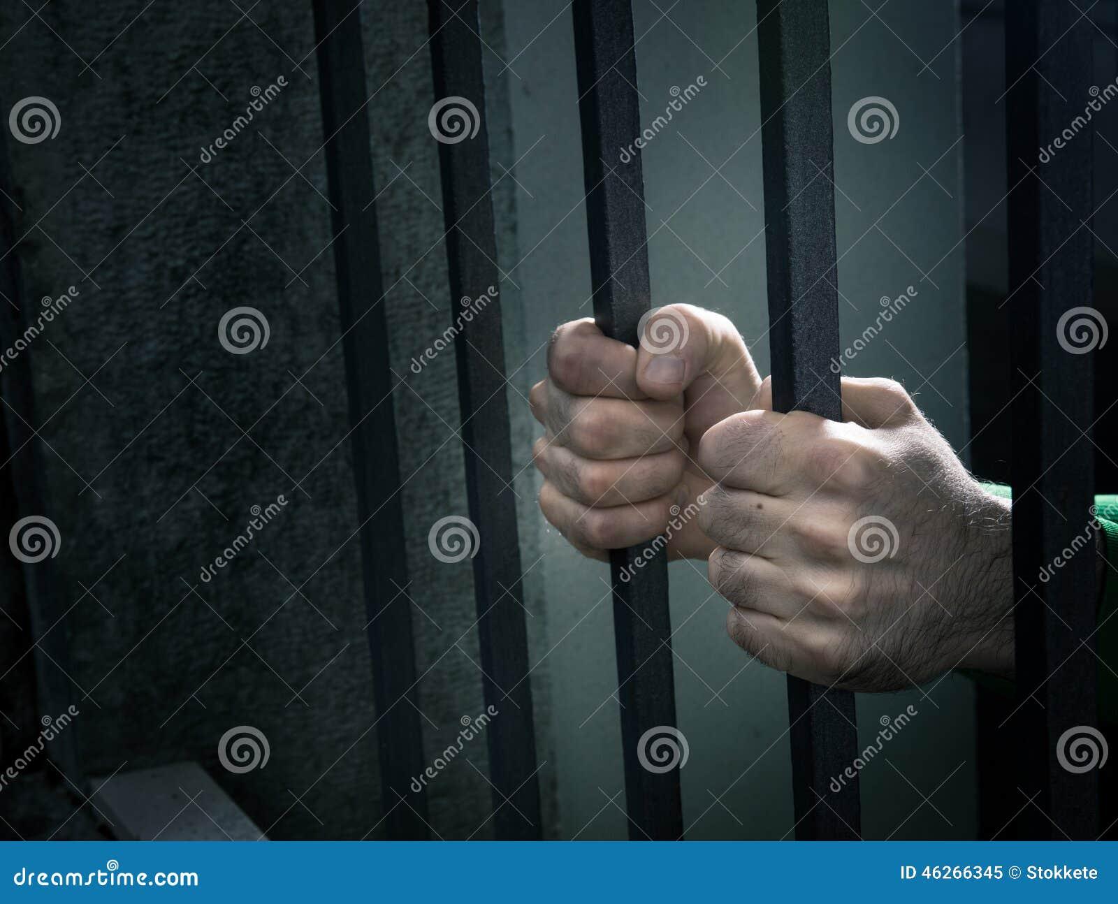 El hombre en cárcel da el primer