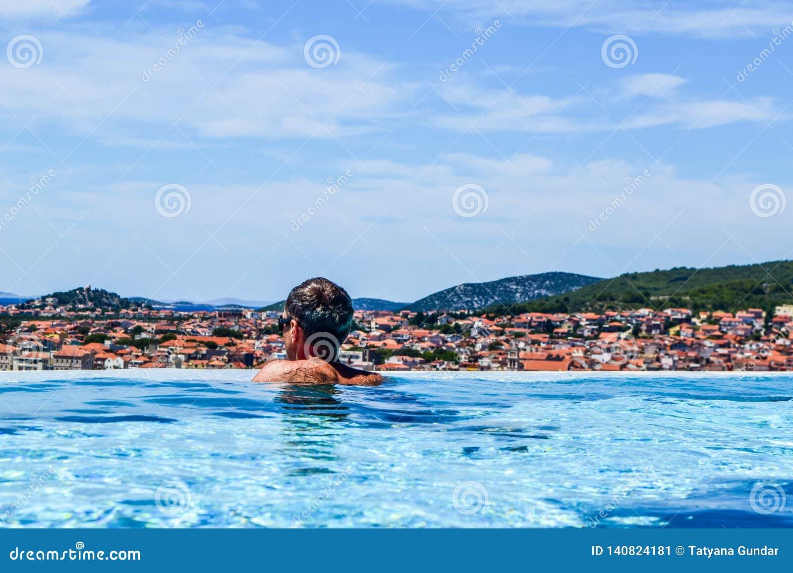 El hombre en la piscina