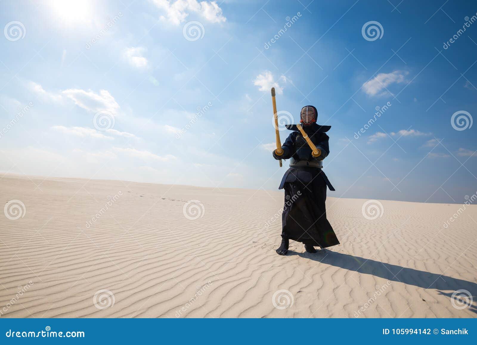 El hombre, en una armadura japonesa tradicional está practicando kendo