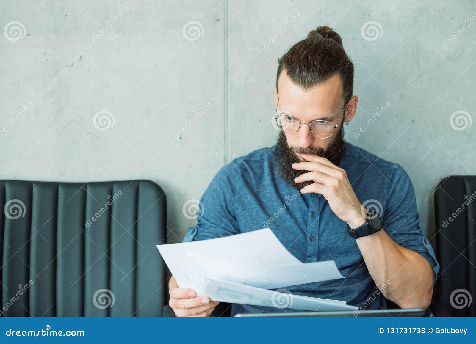 El hombre enfocado leyó datos del informe de información del documento
