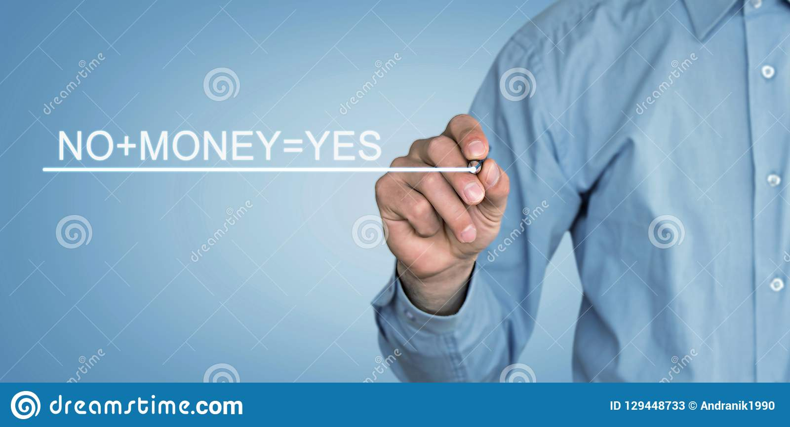 El hombre escribe el texto de No+Money=Yes en la pantalla