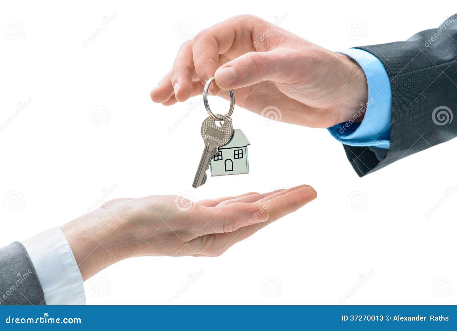 El Hombre Está Dando Una Llave De La Casa A Otras Manos