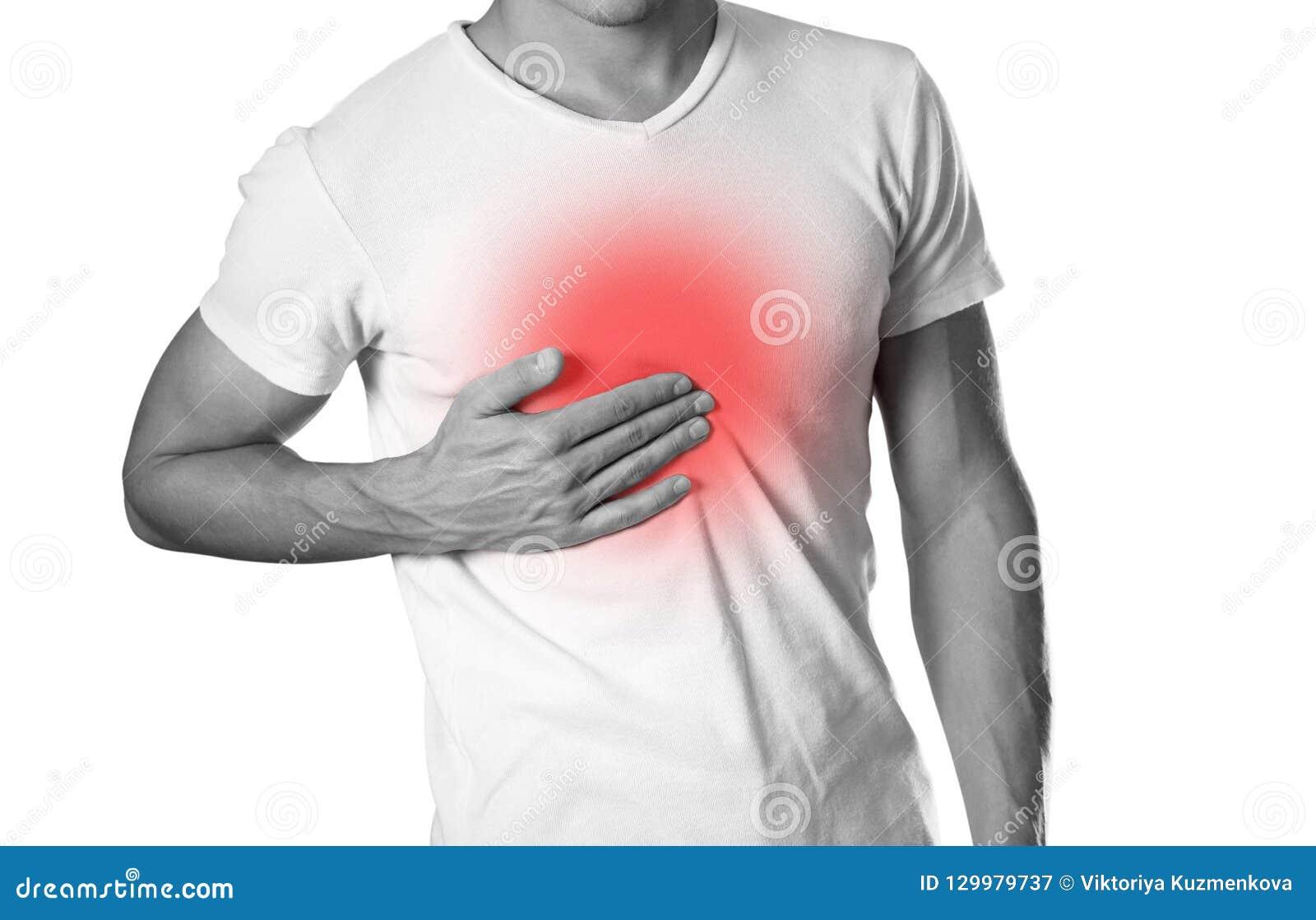 El hombre está llevando a cabo su dolor de pecho del pecho heartburn El hogar