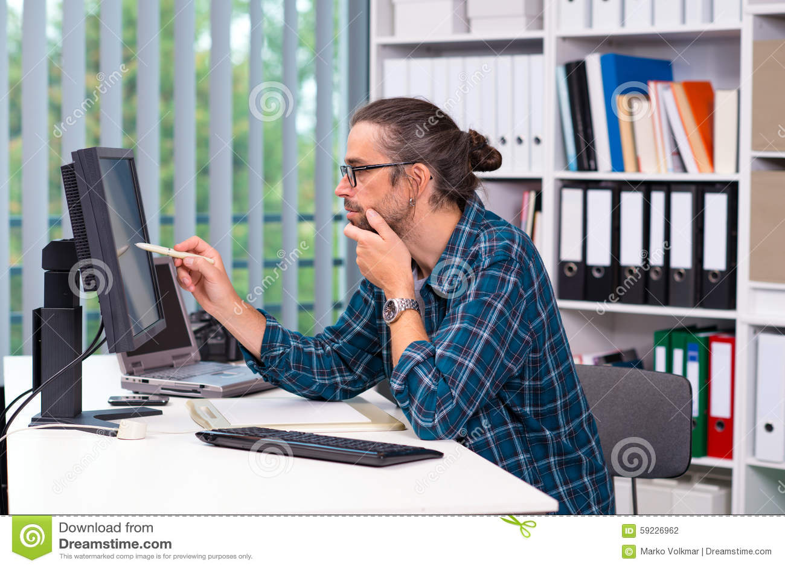 Download El Hombre Está Trabajando En Su Oficina Foto de archivo - Imagen de escritorio, camera: 59226962