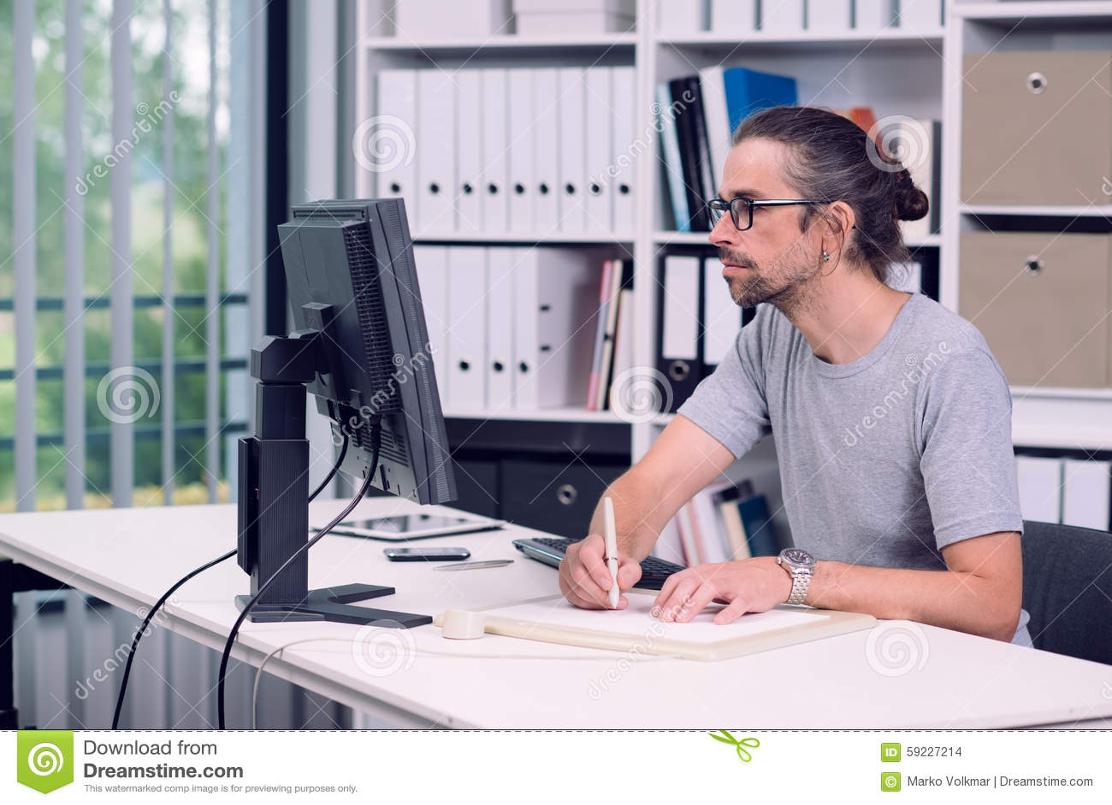 Download El Hombre Está Trabajando En Su Oficina Foto de archivo - Imagen de trabajo, hombre: 59227214