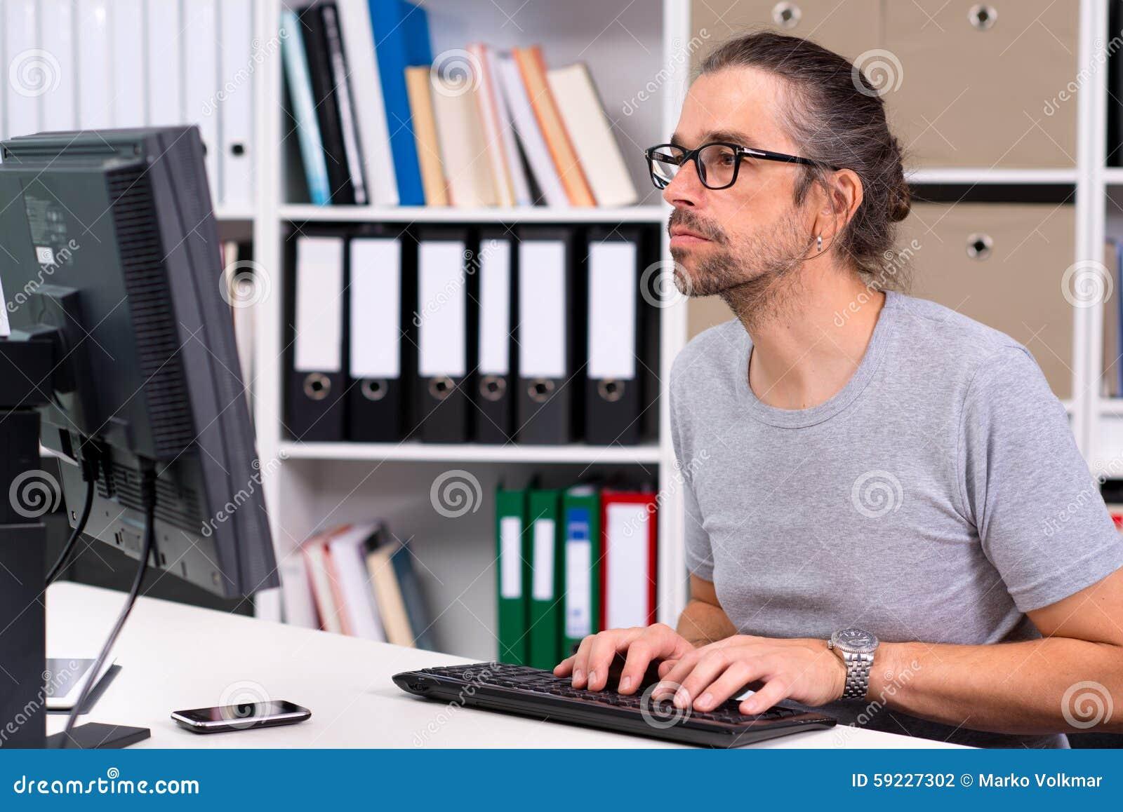El hombre está trabajando en su oficina