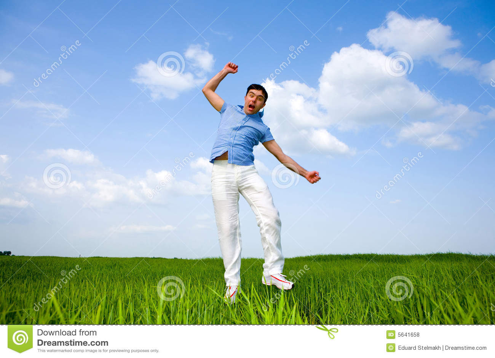 El hombre feliz está saltando en un campo