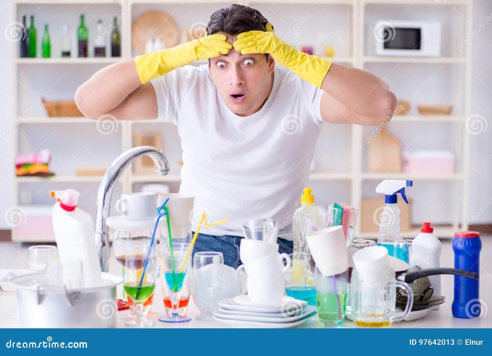 El Hombre Frustrado En Tener Que Lavar Platos Imagen De