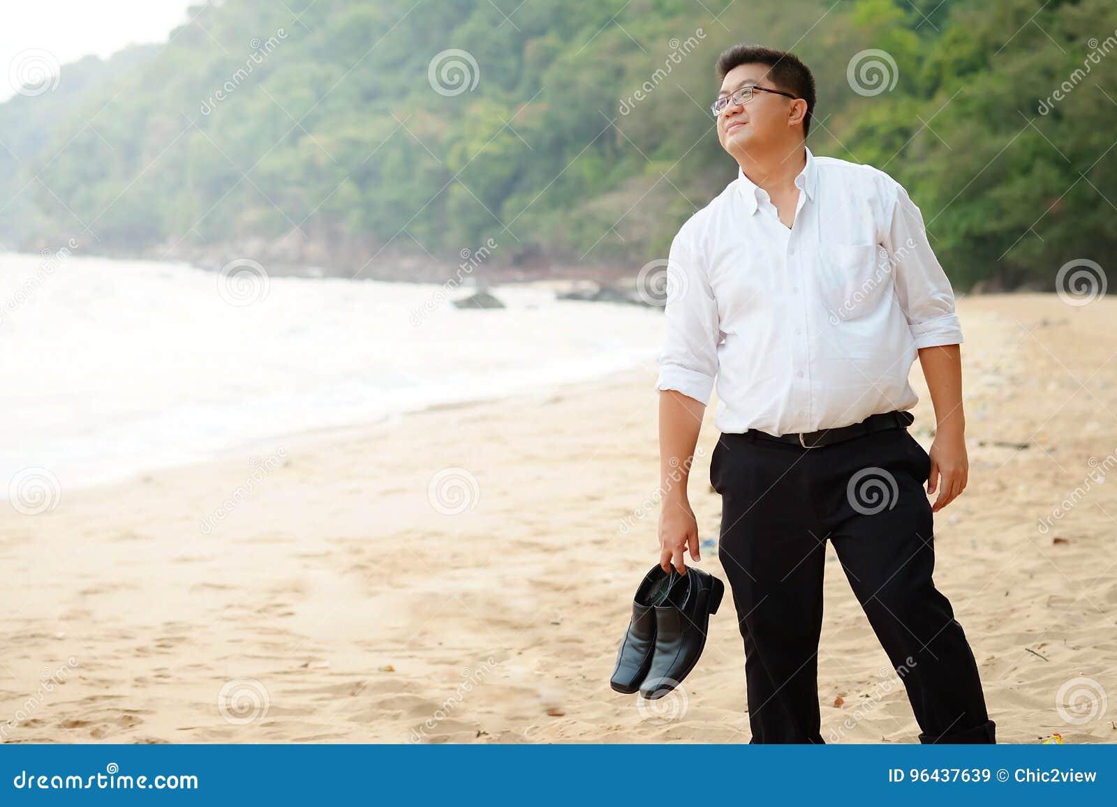 Y Los Adulto Gordo La El Asiático Hombre Lleva Blanca Camisa En shtrxQCd