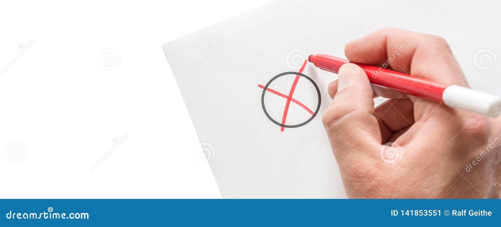 El hombre hace una cruz en un trozo de papel como símbolo de una opción con el espacio de la copia
