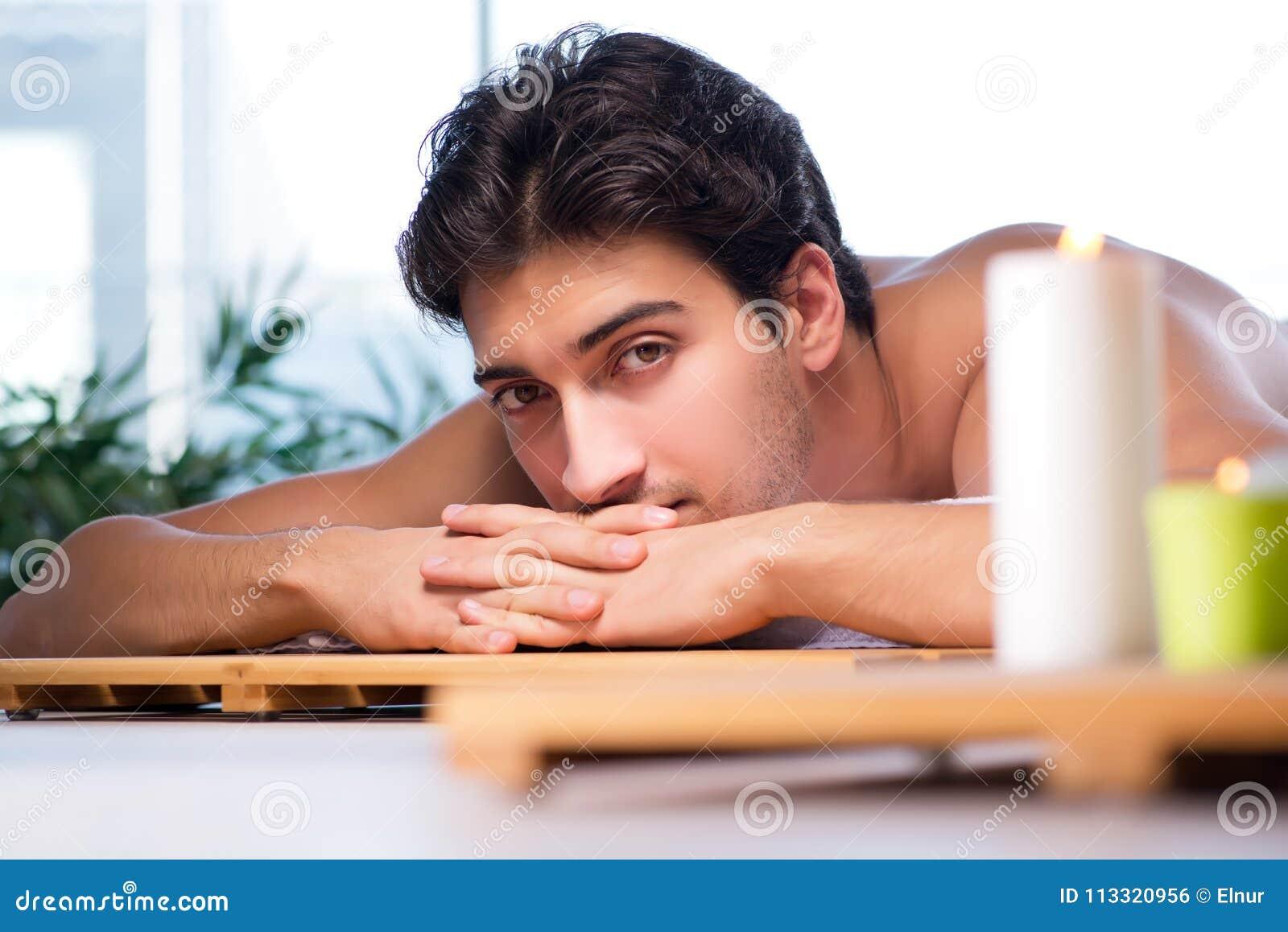 El hombre hermoso joven durante procedimiento del balneario