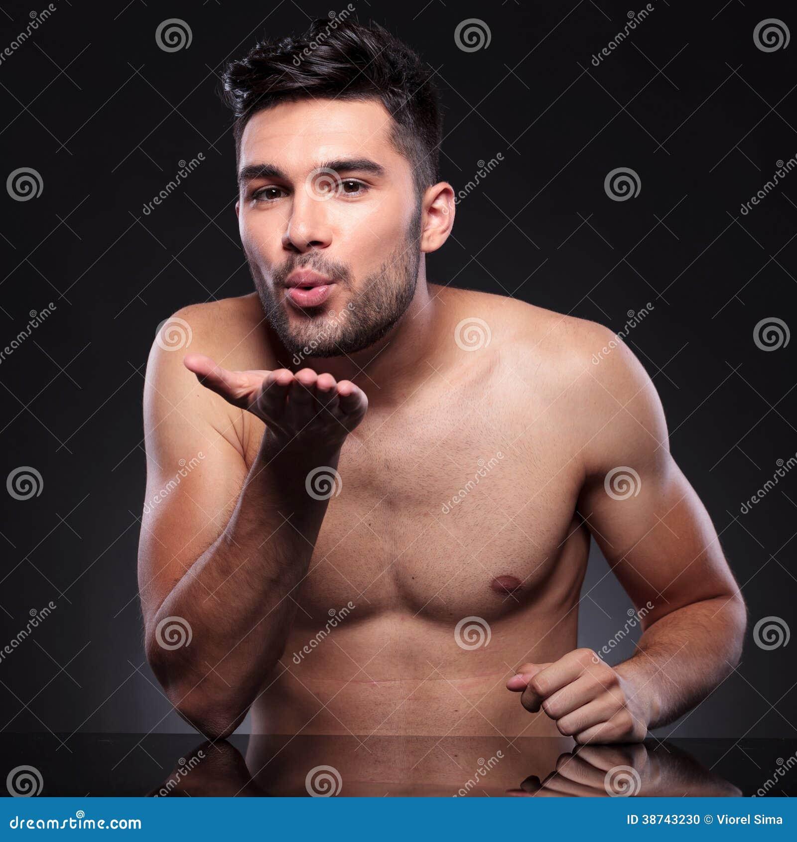 joven desnudo detrás