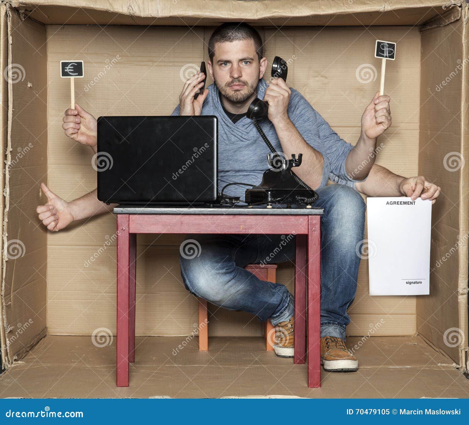 El hombre joven en la caja de la oficina es un muy polivalente