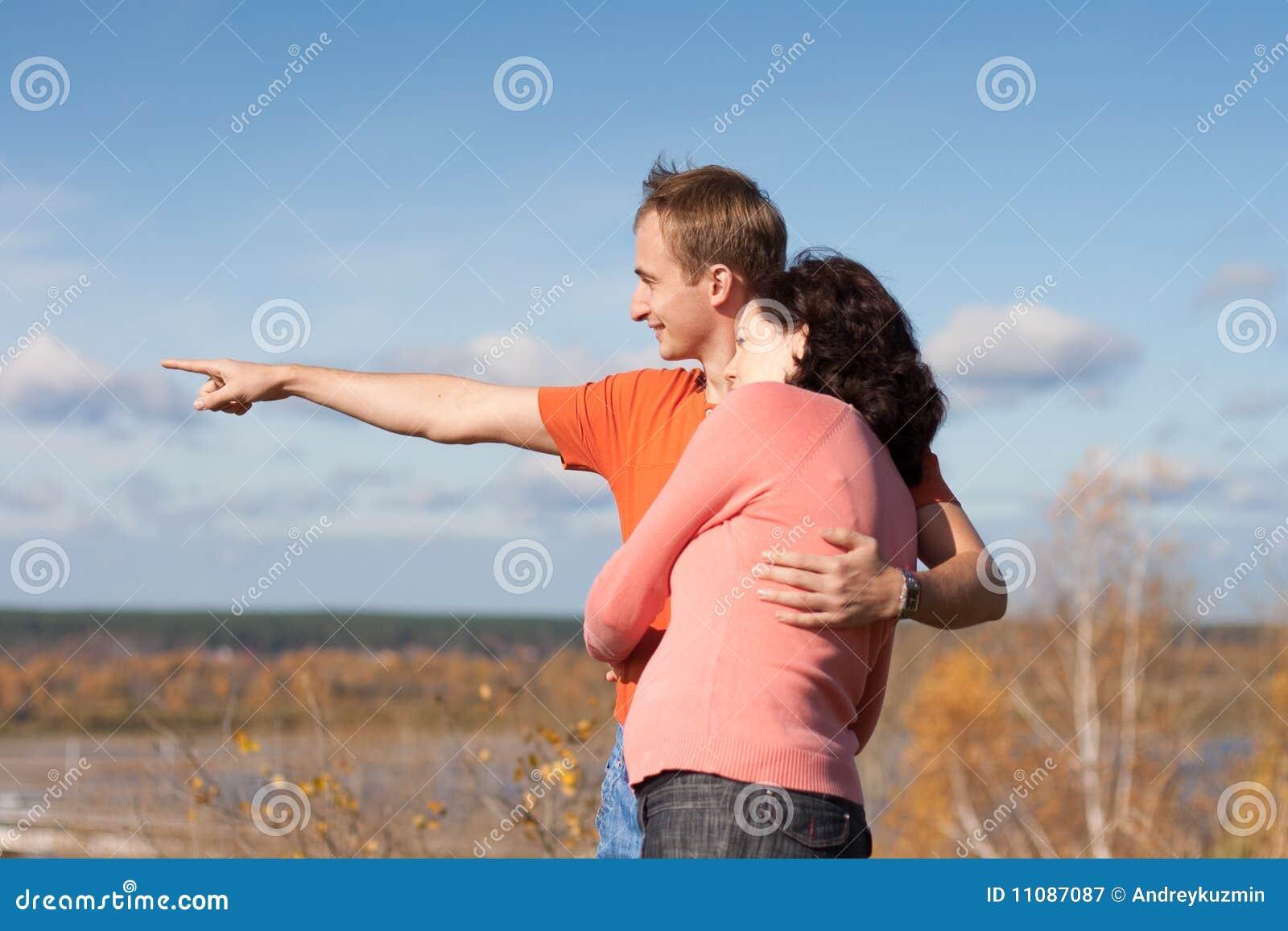 El hombre joven muestra a su esposa su hogar futuro