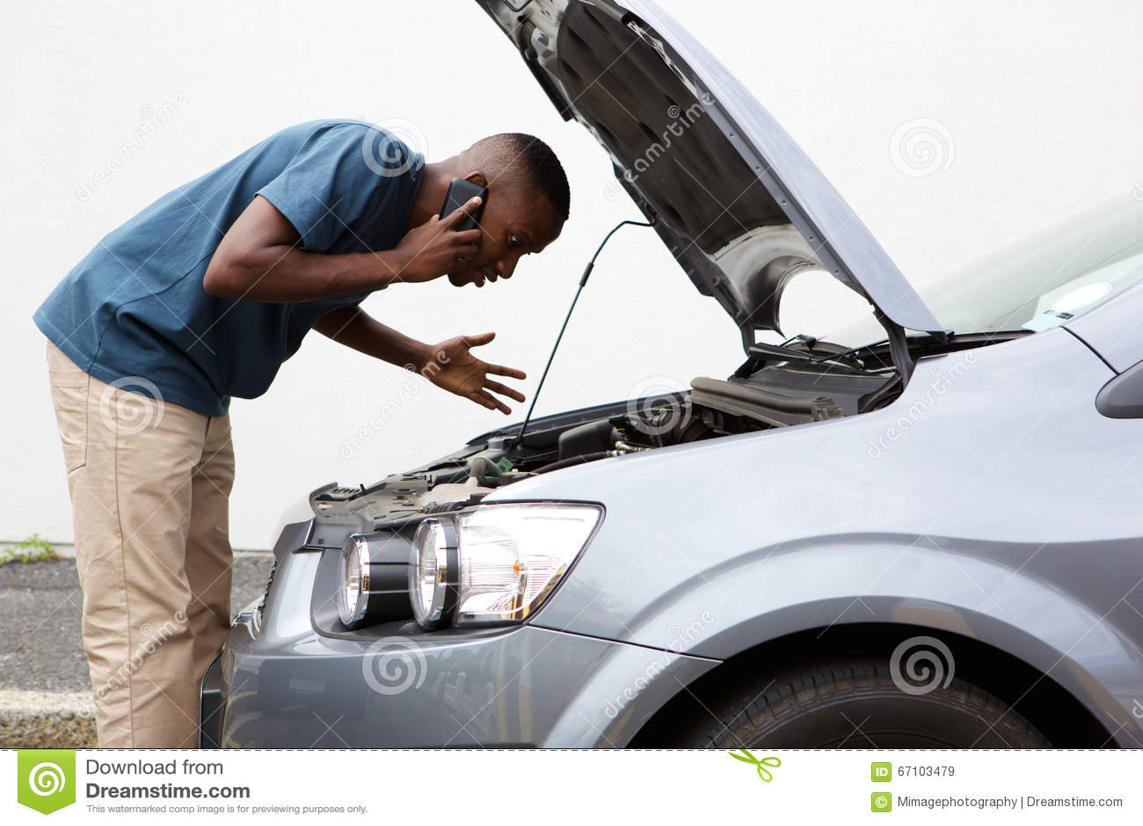 El hombre joven pide ayuda con un coche atascado