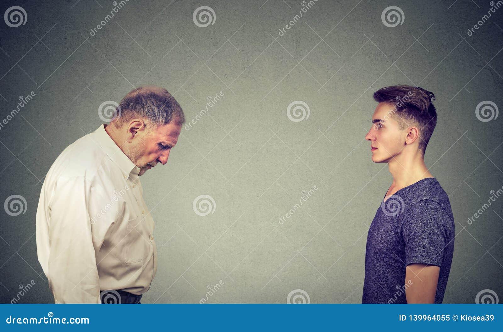 El hombre joven que miraba la anciano se presionó