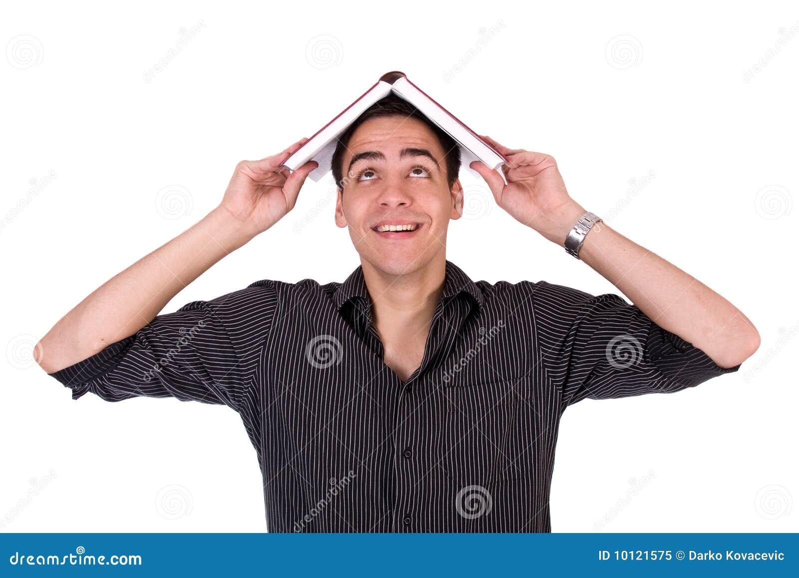 El hombre joven que sonreía con el libro en el suyo tenía