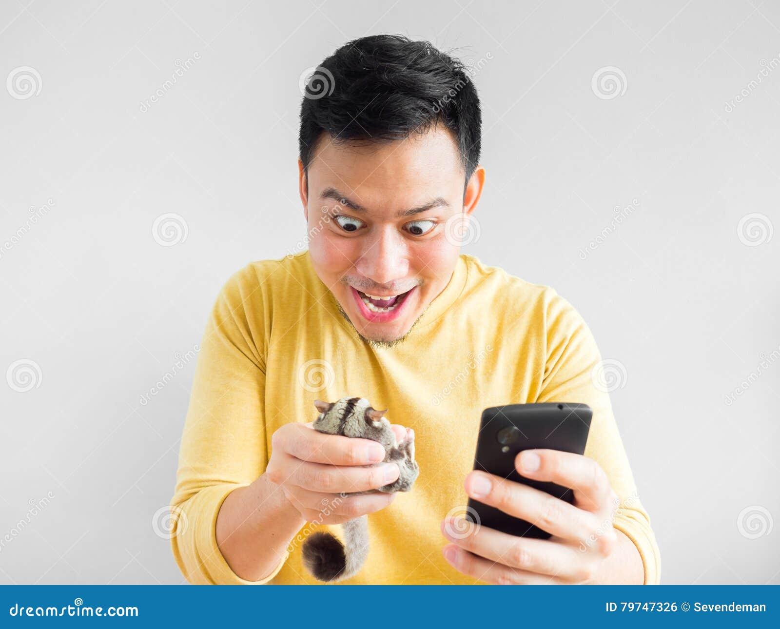 El hombre juega al juego móvil
