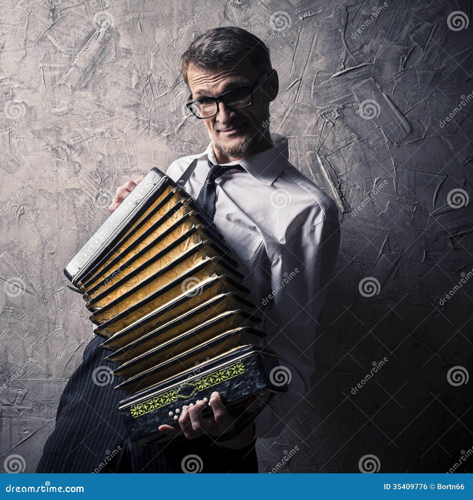 El hombre juega el acordeón