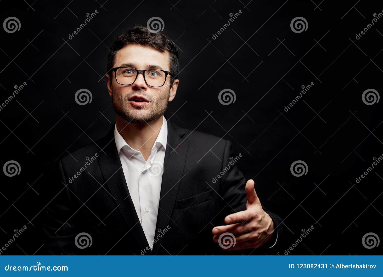 El hombre listo joven está discutiendo lógicamente hombre lindo con un tema de conversación potente