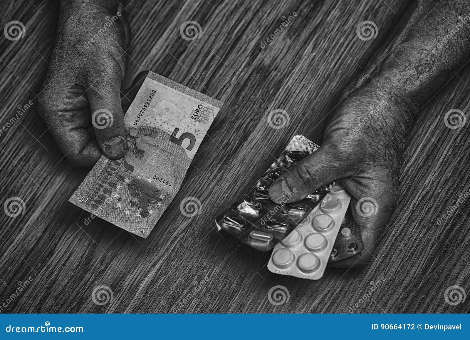 El hombre mayor sostiene en sus manos las drogas y el dinero