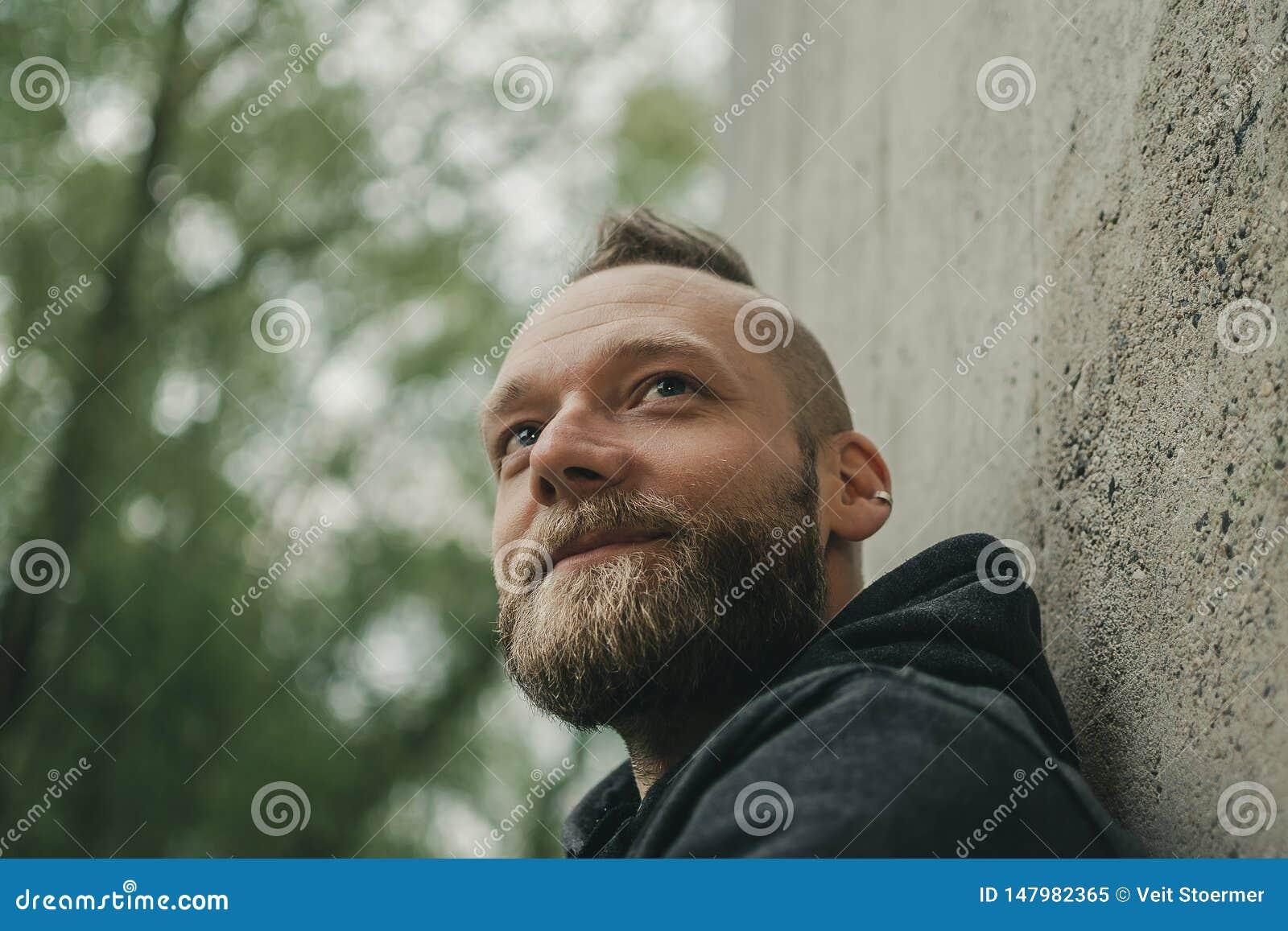 El hombre mira en distancia y sonrisas