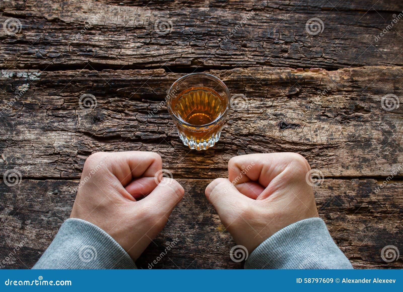 El Hombre Muestra Fuerza De Voluntad Para No Beber El Alcohol Imagen ...