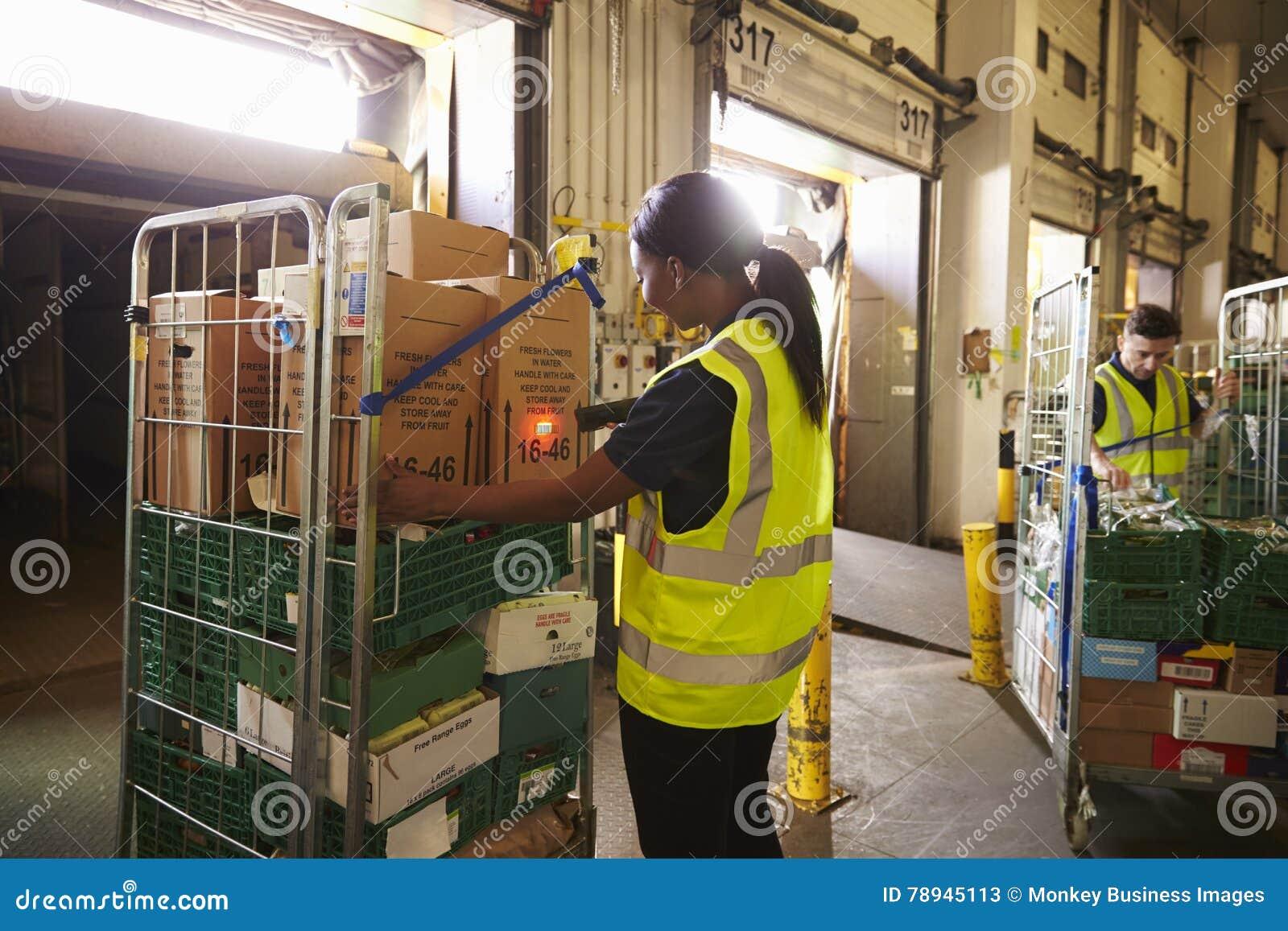 El hombre prepara y explora los paquetes en un almacén para la entrega
