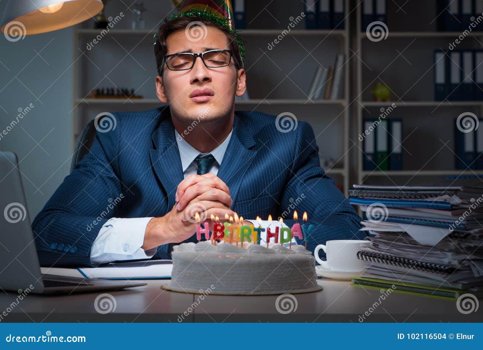 El Hombre Que Celebra Cumpleanos En La Oficina Foto De Archivo