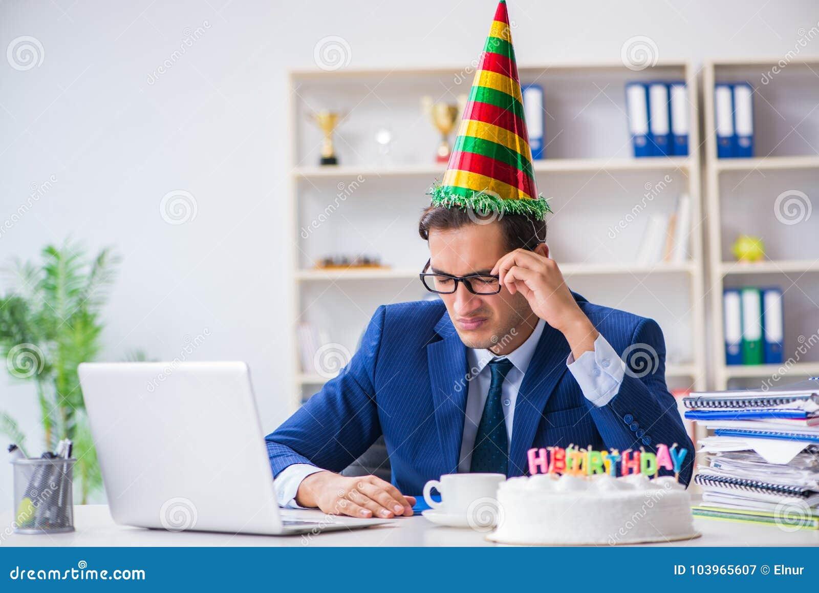 El Hombre Que Celebra Cumpleanos En La Oficina Imagen De Archivo
