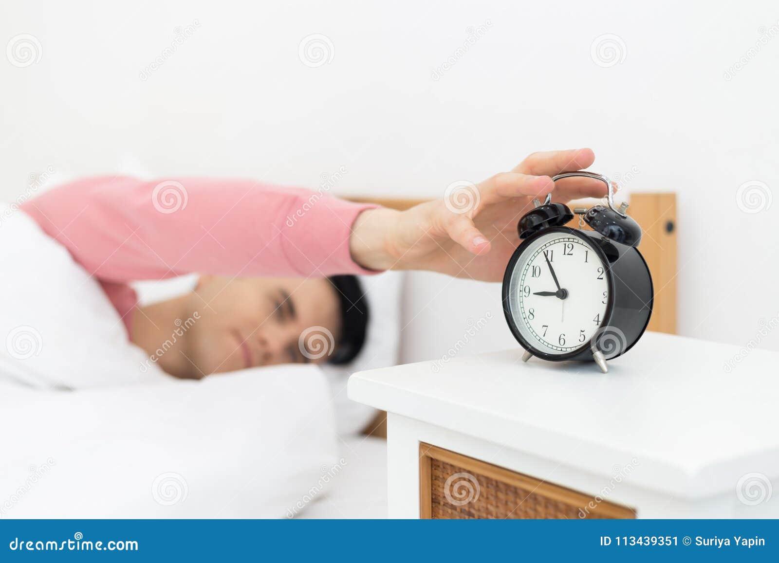 El Hombre Que Duerme En Cama Despierta Temprano No Consiguiendo ...