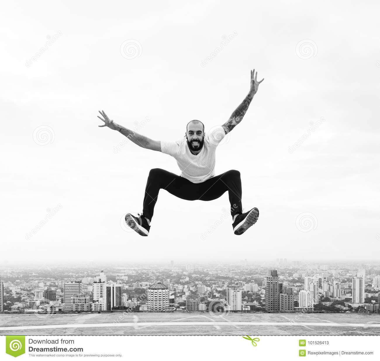 El hombre que salta en un tejado