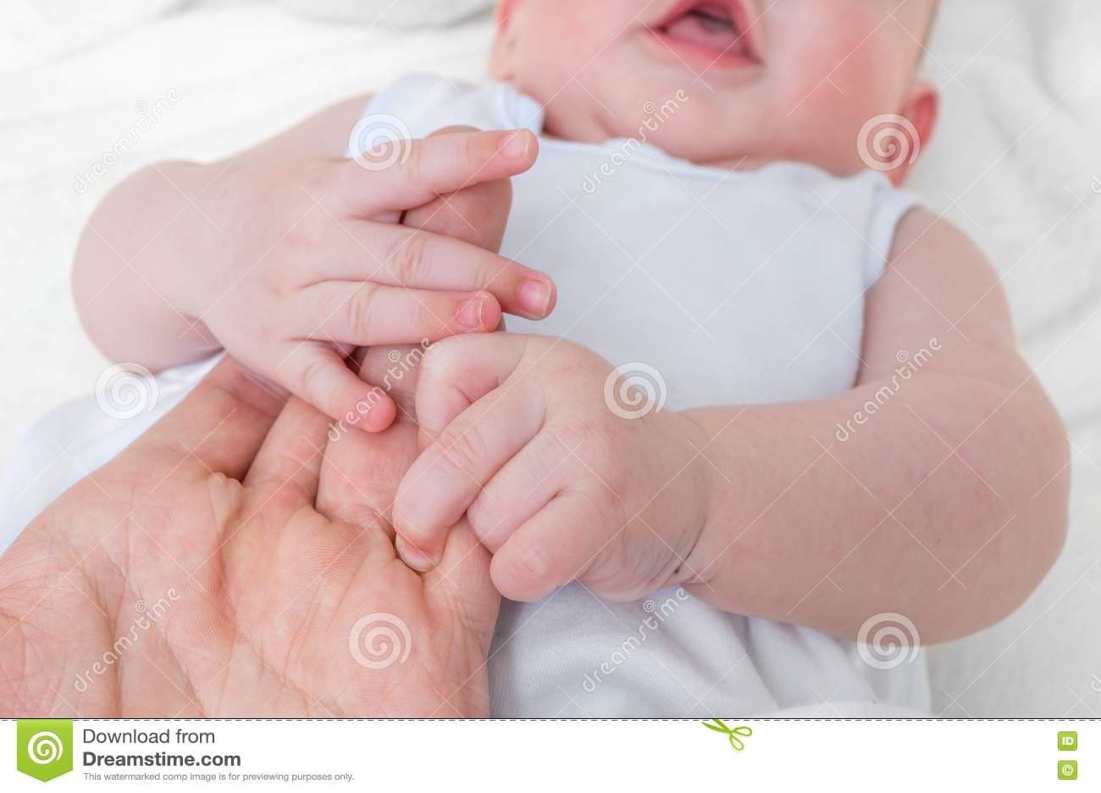 El hombre quiere adoptar al bebé y llevar a cabo las manos