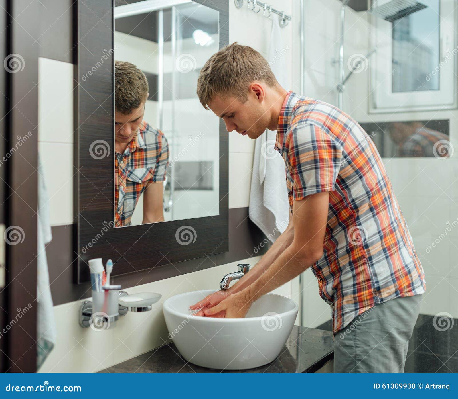 Imagen De Baño Hombre:El Hombre Se Está Lavando Las Manos En El Cuarto De Baño Foto de