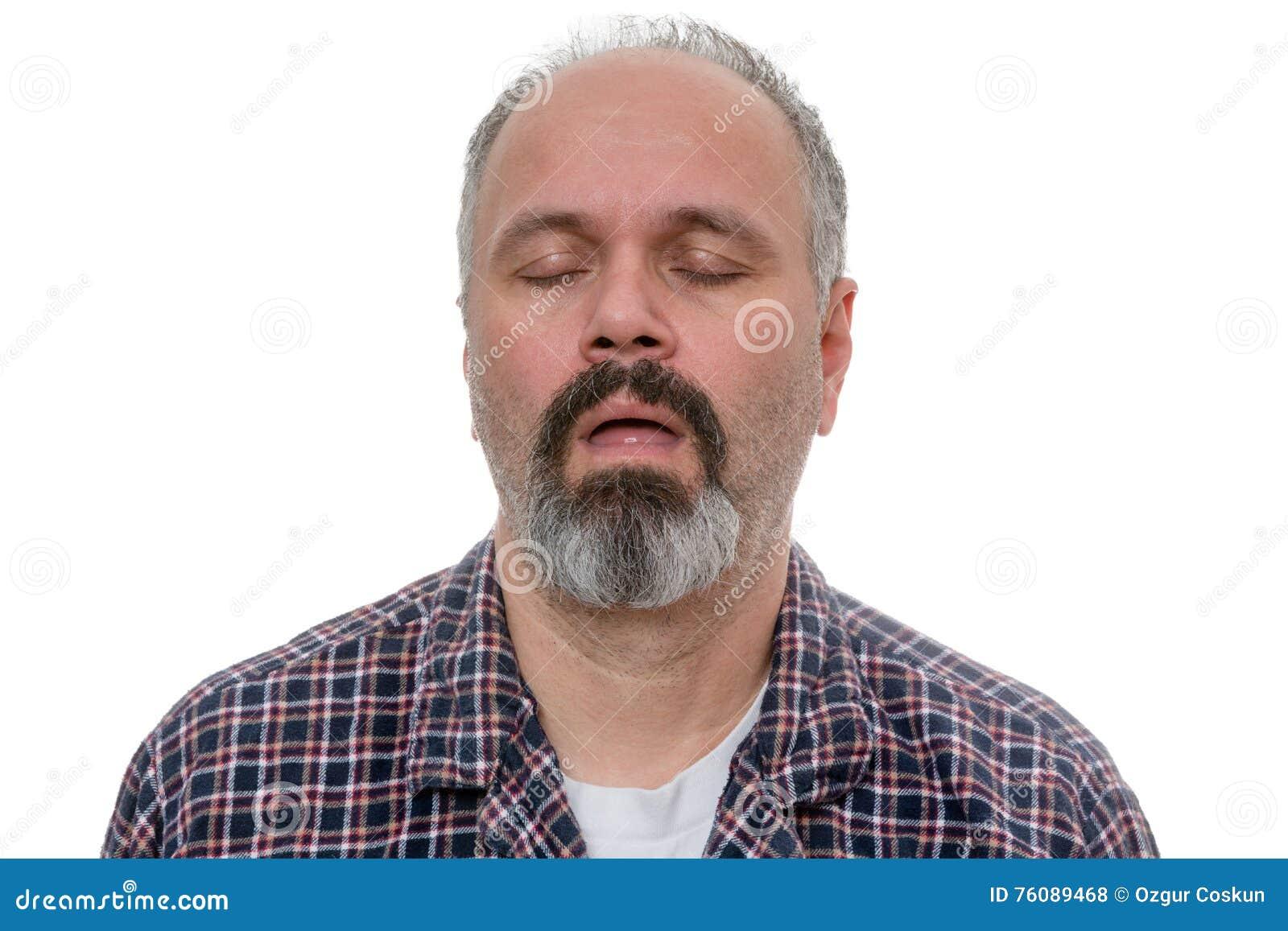 El hombre soñoliento con la camisa de la barba y de tela escocesa ronca