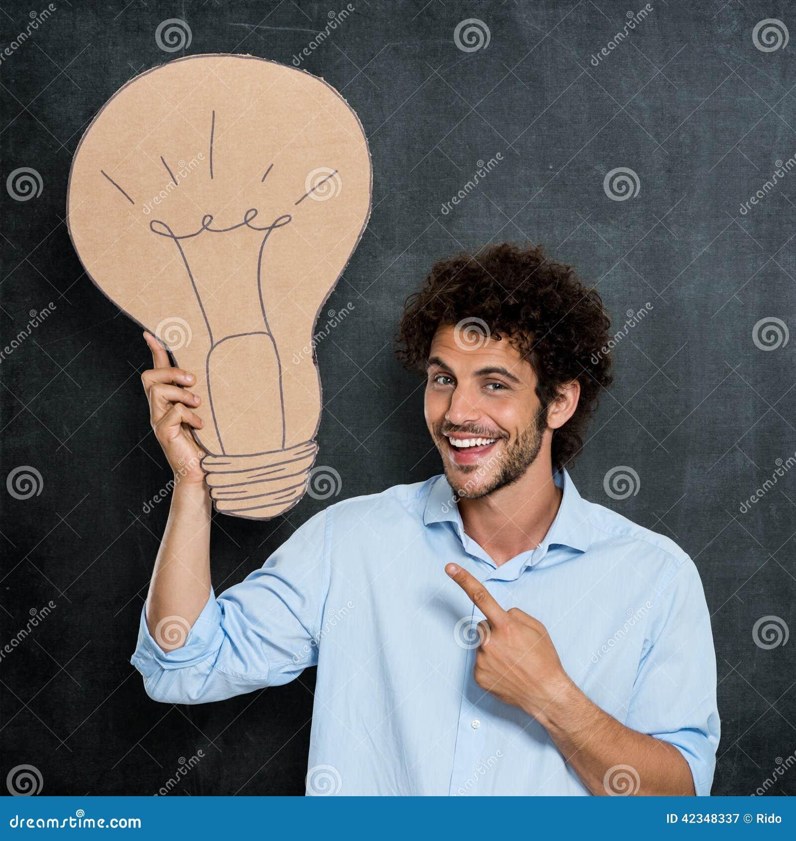 El hombre tiene una idea brillante