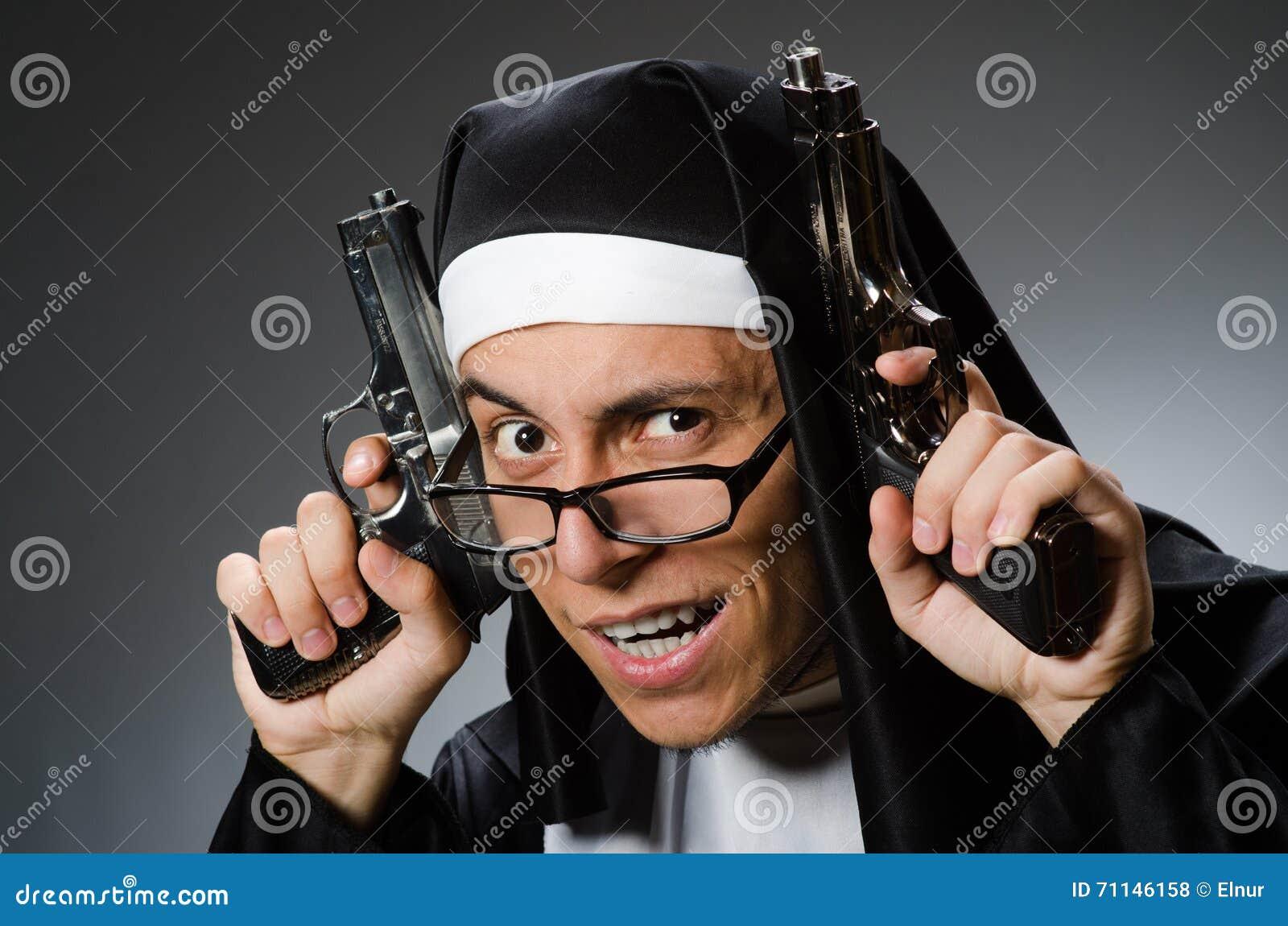 El hombre vestido como monja