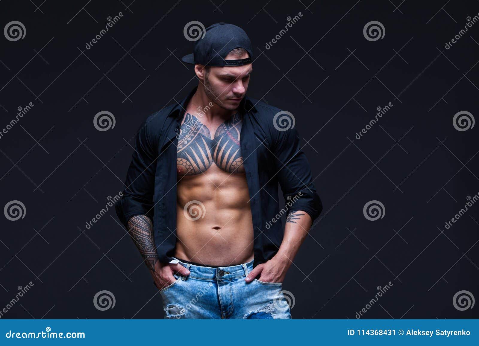 ae18e774a927 El Hombre Vistió Los Tejanos, La Camisa Negra Y La Gorra De Béisbol ...