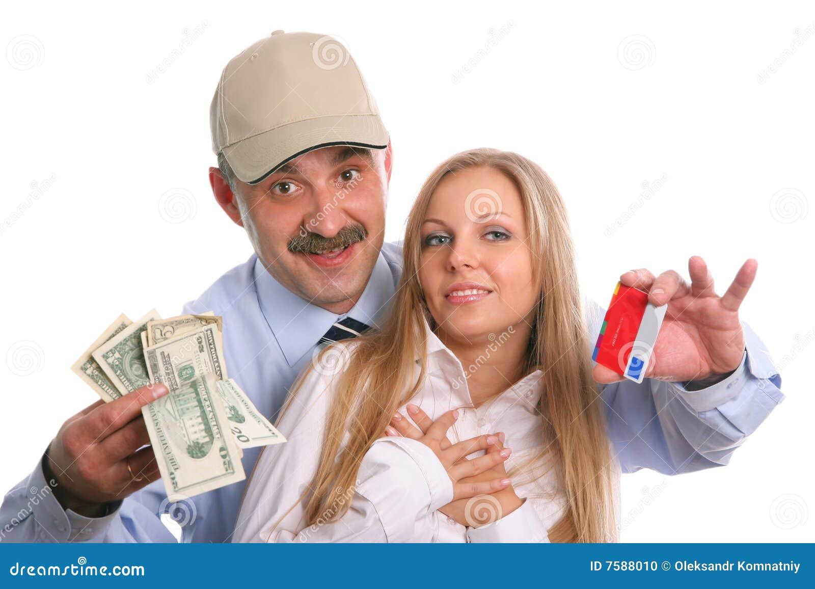 El hombre y la mujer joven con un de la tarjeta de crédito y