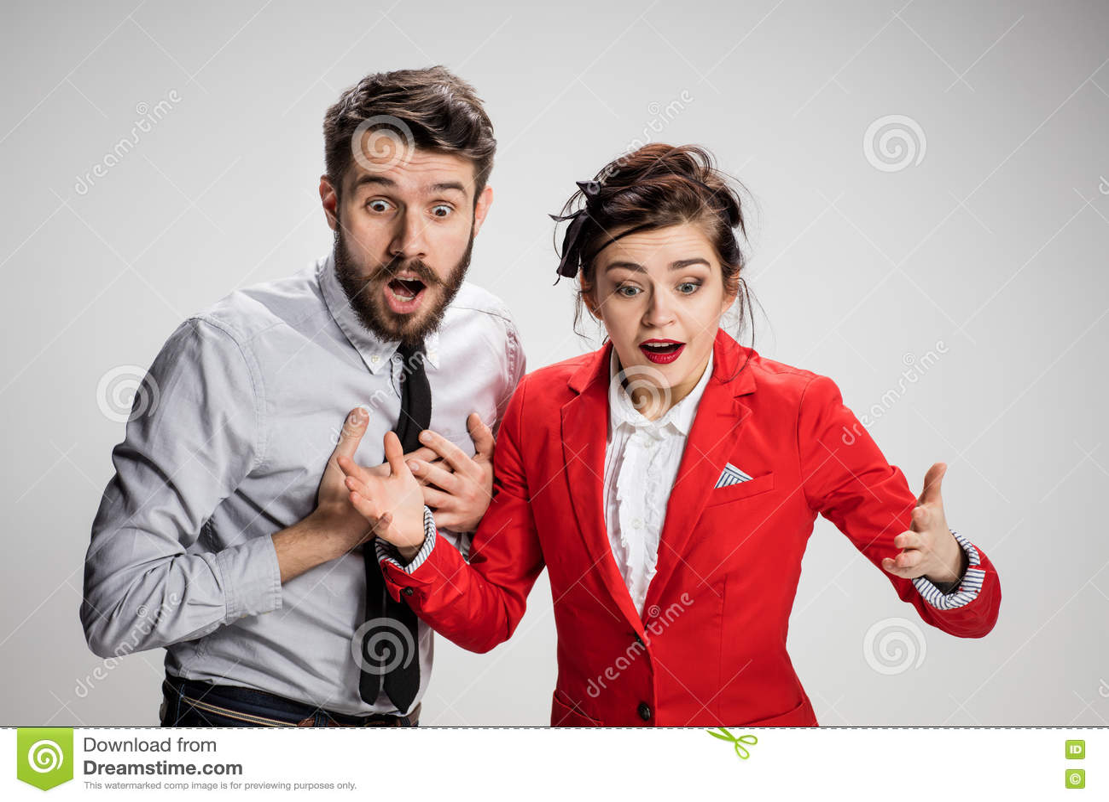 El Hombre Y La Mujer Sorprendidos De Negocios Que Sonrien En Un