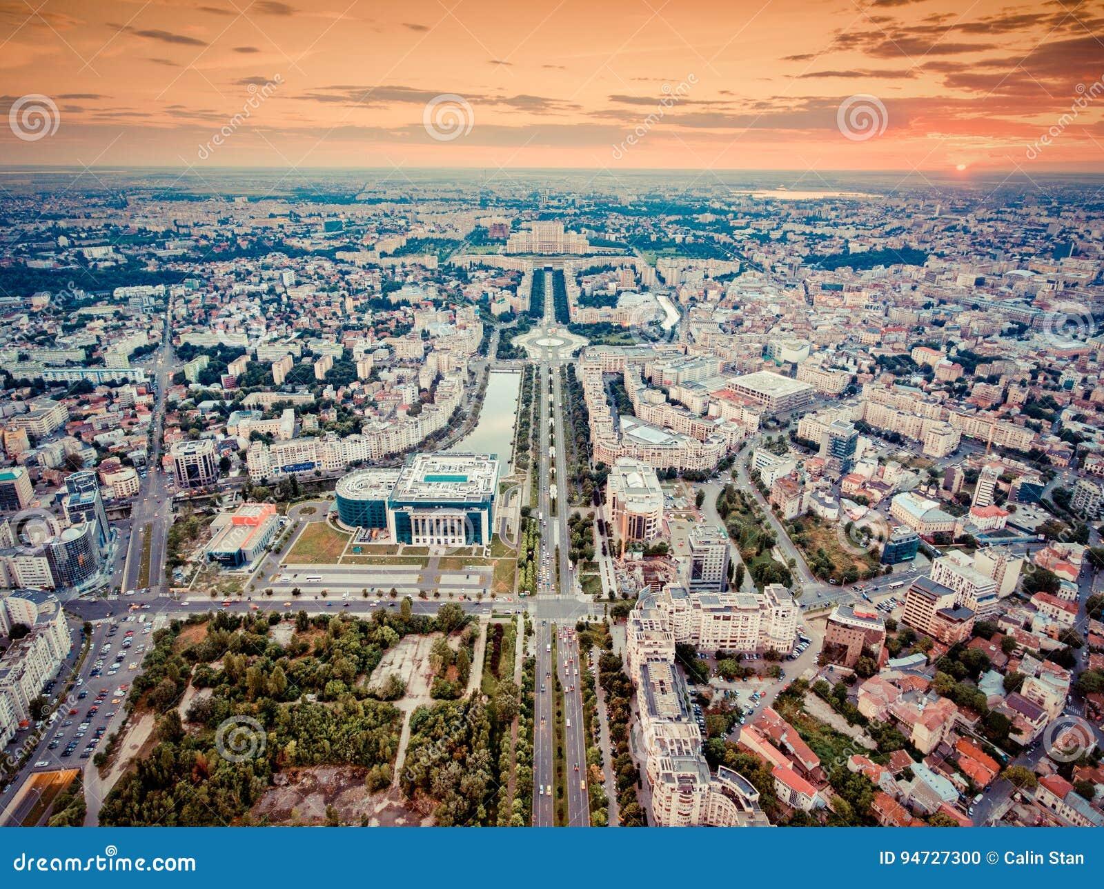El horizonte de la ciudad de Bucarest con el filtro nostálgico de la mirada se aplicó
