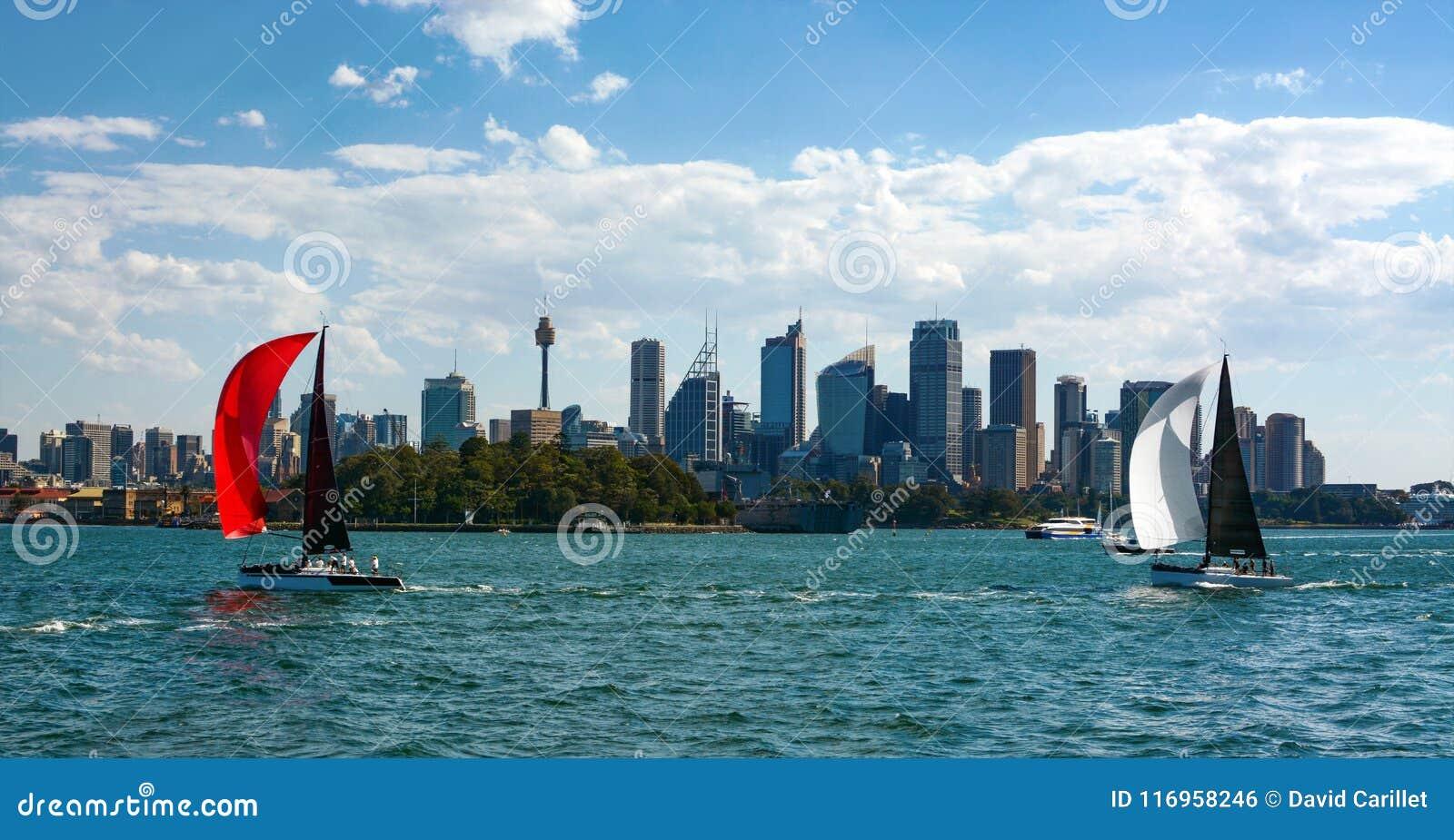 El Horizonte Icónico Del ` S De Sydney Se Enmarca Entre Dos Veleros ...